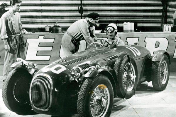 mn2exCYL9x5xVOuTC658T6bBFs6-new-scaled-600x400 The Racers (1955)
